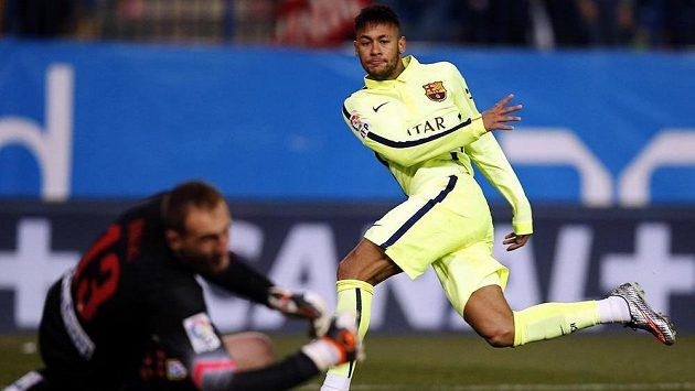 Diamantové kopačky už fungují... Barcelonský Neymar překonává brankáře Atlétika Madrid Jana Oblaka v pohárovém utkání.
