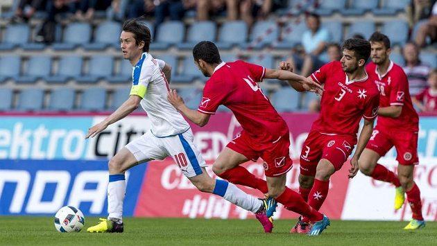 Tomáš Rosický v souboji s maltskou obranou.
