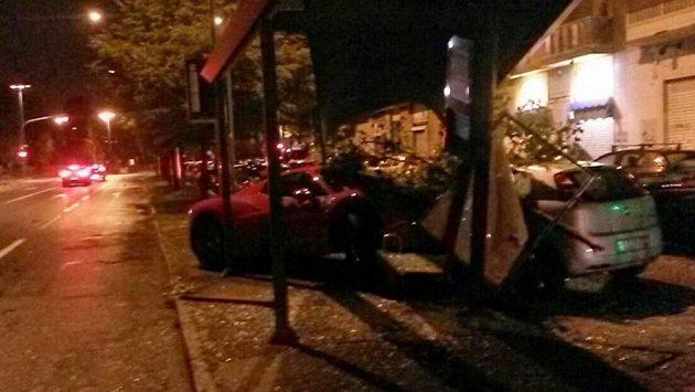 Ferrari obránce Juventusu Martina Cácerese zbořilo autobusovou zastávku.