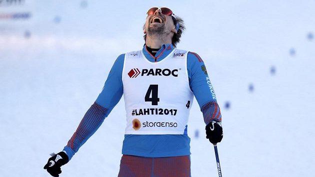 Vítězná grimasa Sergeje Usťugova v cíli skiatlonu na MS v Lahti.