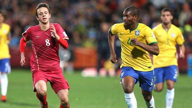 Srbský fotbalista Maksimovič ve finále MS U20, vpravo ho stíhá Brazilec Marlon.
