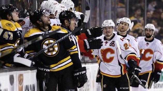 Útočník Calgary Jiří Hudler (třetí zprava) se raduje se střídačkou z branky, kterou vstřelil Bostonu.