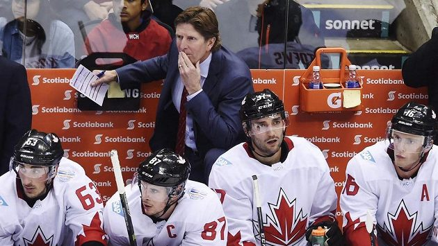 Trenér Kanady Mike Babcock (nahoře) a jeho hráči zleva Brad Marchand, Sidney Crosby, Patrice Bergeron a Jonathan Toews během Světového poháru.