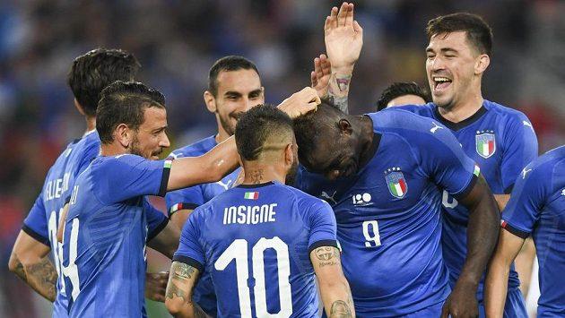 Mario Balotelli (uprostřed) oslavil návrat do italské reprezentace gólem.
