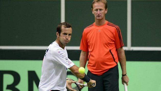Radek Štěpánek (vlevo) pod dohledem svého kouče Petra Kordy na prvním tréninku českého týmu před semifinále Davisova poháru s Argentinou.