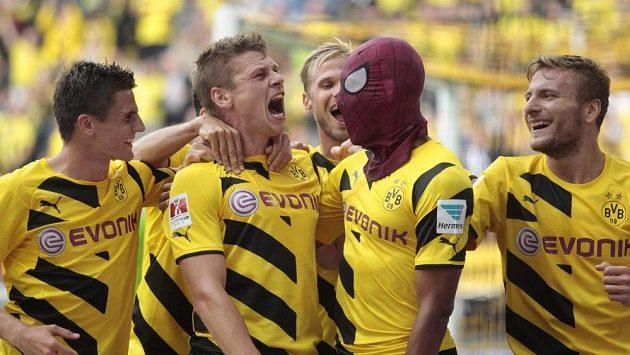Střelec gólu Pierre-Emerick Aubameyang s maskou Spidermana se raduje společně se spoluhráči z Borussie Dortmund z branky, kterou v Superpoháru vstřelil Bayernu.