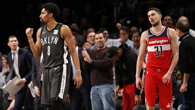 Basketbalista Brooklynu Nets Spencer Dinwiddie (8) a hráč Washingtonu Wizards Tomáš Satoranský.