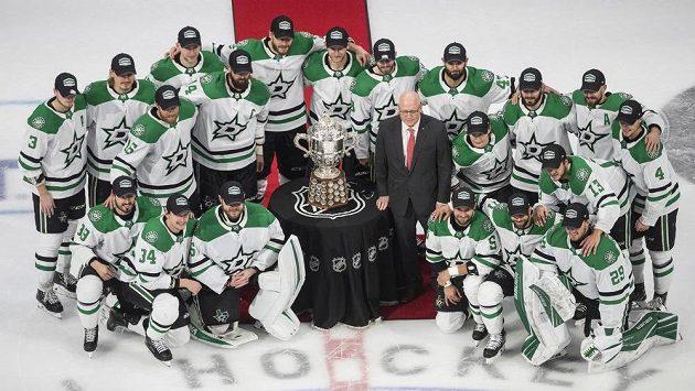 Hokejisté Dallasu pózují s trofejí pro vítěze Západní konference.