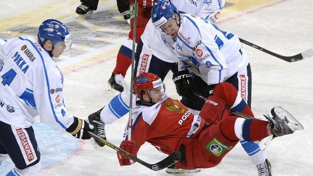 Finové Ville Pokka (vlevo) a Petteri Wirtanen v souboji s Rusem Andrejem Loktjonovem.