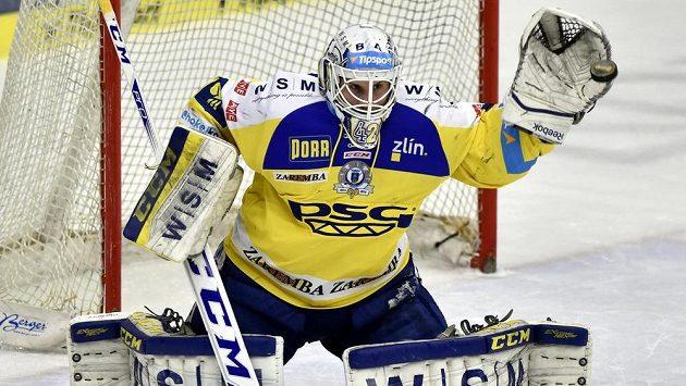 Brankář Zlína Libor Kašík při zákroku ve druhém zápase předkola play off proti Třinci.