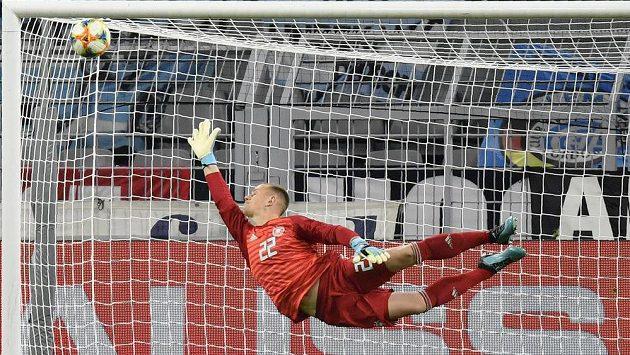 Německý brankář Marc-Andre Ter Stegen se snaží zasáhnout v přípravném utkání proti Argentině.