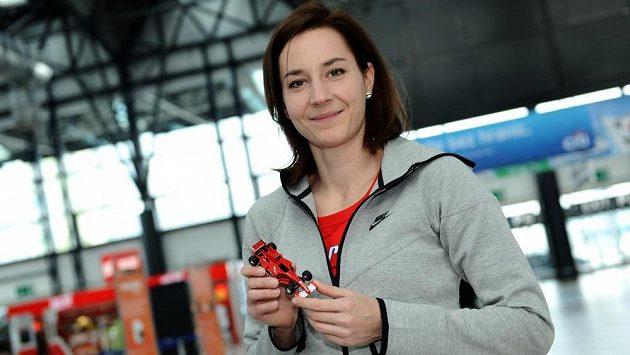 Denisa Rosolová s talismanem před odletem na halové MS do polských Sopot.