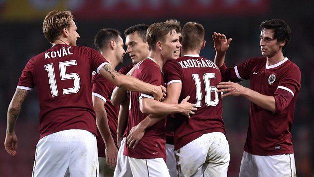 Fotbalisté Sparty Praha oslavují třetí gól v utkání se Zwolle.