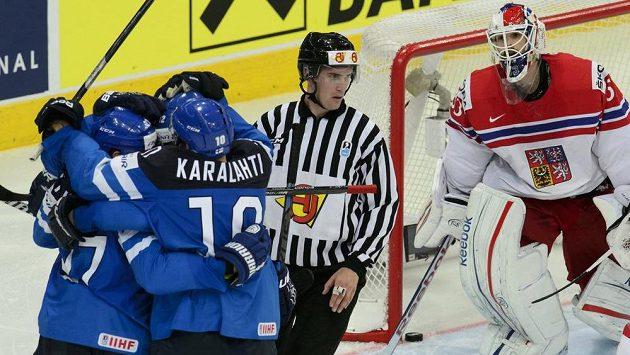 Finové se radují z druhého gólu v semifinále MS proti Čechům, vpravo je brankář českého týmu Alexander Salák.