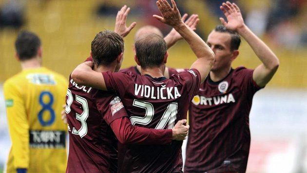 Fotbalisté Sparty Ladislav Krejčí, Vlastimil Vidlička a Ondřej Švejdík se radují z gólu.
