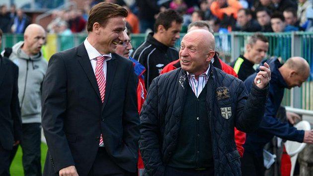 Vladimír Šmicer (vlevo) v rozhovoru s mladoboleslavským koučem Karlem Jarolímem, jenž na exhibici svého syna rovněž nebude chybět..