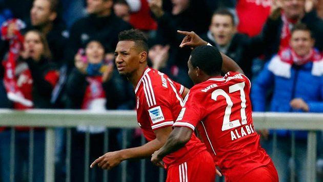 Jerome Boateng (vlevo) a David Alaba z Bayernu Mnichov se radují z branky.
