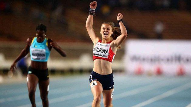 Barbora Malíková na archivním snímku vítězně dobíhá do cíle finále MS do 17 let v Nairobi.