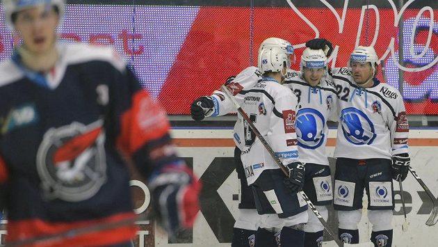 Ze vstřeleného gólu proti Chomutovu se radují hráči Plzně (zleva) David Kvasnička, Jaroslav Kracík, autor branky Vojtěch Němec a Ondřej Kratěna.