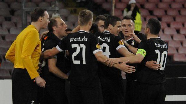 Fotbalisté Plzně se radují ze vstřelení gólu do sítě Neapole.