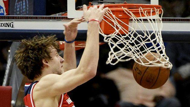 Český basketbalista Jan Veselý z Washingtonu smečuje do koše v zápase NBA proti Atlantě.