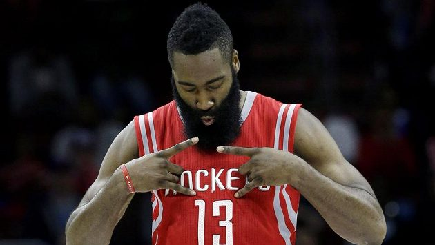 Basketbalista Houstonu James Harden v duelu s Philadelphií.