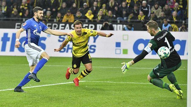 Mario Götze (uprostřed) střílí třetí gól Borussie Dortmund v utkání bundesligy proti Schalke 04.