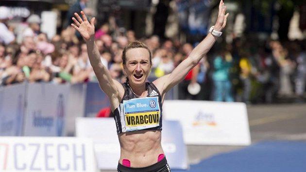 Eva Vrabcová-Nývltová si v čase 2:30:10 dobíhá pro mistrovský titul a olympijský limit.