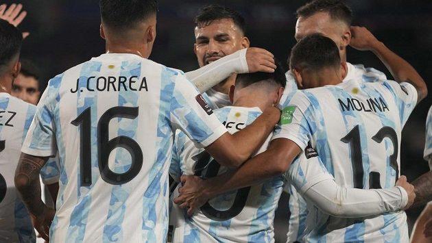 Messi v obležení svých spoluhráčů z reprezentace