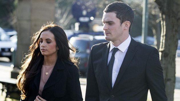 Adam Johnson se svojí přítelkyní před soudem v Bradfordu.