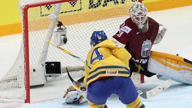 Švéd Gustav Nyquist střílí rozhodující gól lotyšskému brankáři Elvisovi Merzlikinšovi.