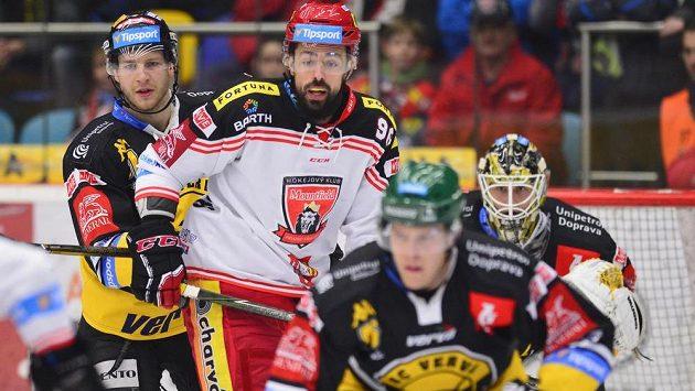 Richard Jarůšek z Hradce Králové v obležení litvínovských soupeřů v úvodním čtvrtfinále play off hokejové extraligy.