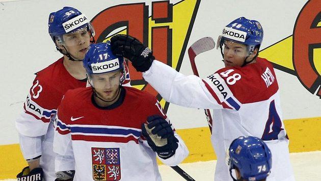 Vladimír Sobotka (druhý zleva) přijímá gratulace ke gólu - ilustrační foto.