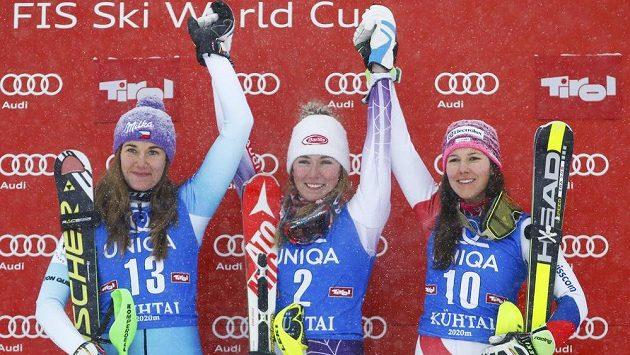 Šárka Strachová (vlevo) mezi lyžařskou elitou - uprostřed vítězka z Kühtai Američanka Mikaela Shiffrinová a vpravo třetí ze slalomu, Švýcarka Wendy Holdenerová.