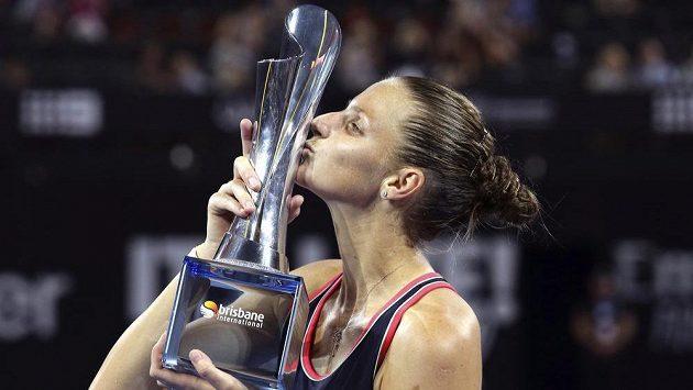 Karolína Plíšková s trofejí pro vítězku turnaje v Brisbane.
