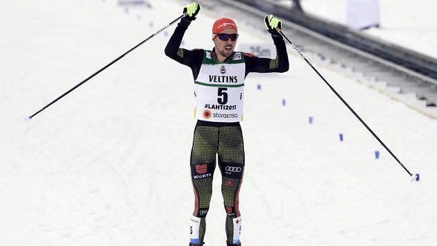 Německý sdruženář Johannes Rydzek slaví druhé individuální vítězství na mistrovství světa v Lahti.