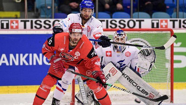 Radek Smoleňák z Hradce Králové, Sinan Akdag z Mannheimu a brankář Mannheimu Johan Gustafsson v akci během osmifinále Ligy mistrů.