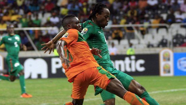 Bakary Koné (vpravo) z Burkiny Faso v souboji s Felixem Katongem ze Zambie
