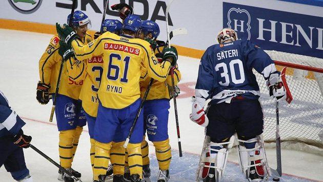 Hokejisté Švédska oslavují gól do sítě finského brankáře Harryho Sateriho.