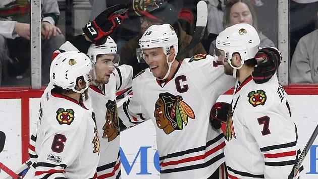 Kapitán Chicaga Jonathan Toews slaví se spoluhráči gól proti Minnesotě.