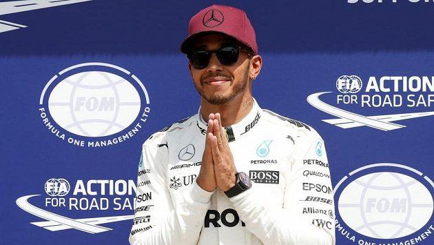 Lewis Hamilton se raduje z vítězství v kvalifikaci na Velkou cenu Kanady formule 1.