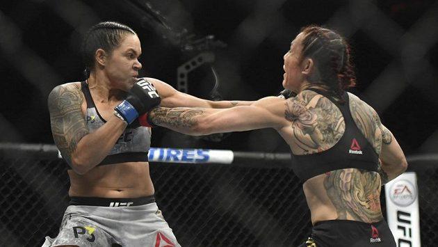 Zápasnice Amanda Nunuesová (vlevo) a Cris Cyborgová v souboji o titul v pérové váze MMA na akci UFC 232.