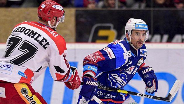 Richard Nedomlel z Hradce Králové a Tomáš Plekanec z Brna v akci během utkání hokejové extraligy.