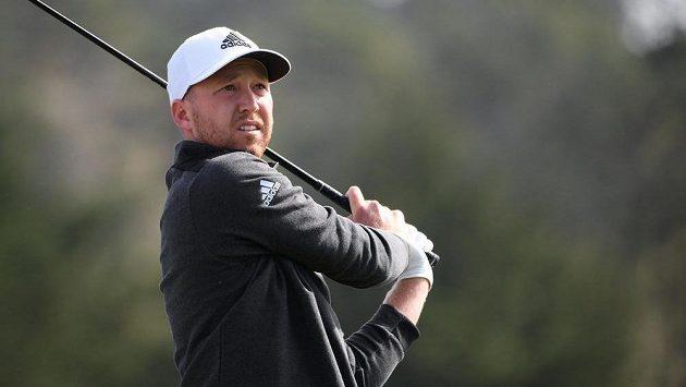 Golfista Daniel Berger slaví vítězství na turnaji v kalifornském Pebble Beach.