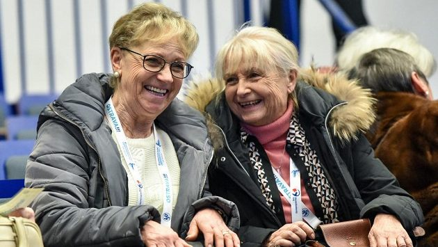 Eva Romanová (vlevo) v hledišti při evropském krasobruslařském šampionátu v Ostravě.