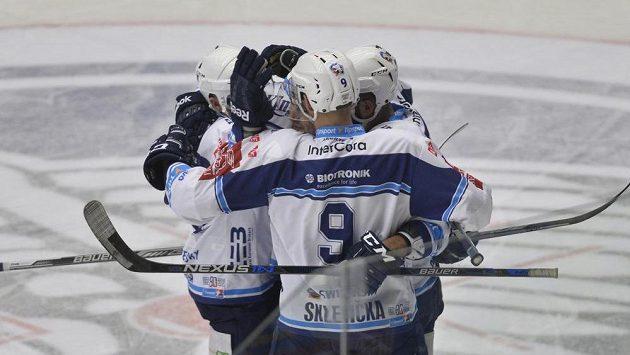 Plzenští hráči se radují z prvního gólu proti Karlovýcm Varům.
