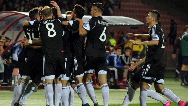 Fotbalisté Albánie slaví výhru 3:0 na hřišti Arménie, která jim zajistila premiérový postup na evropský šampionát.