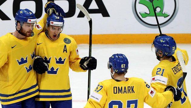 Hokejisté Švédska se radují z gólu proti Kazachstánu.