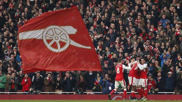 Fanoušci Arsenalu slaví gól Shkodrana Mustafiho.