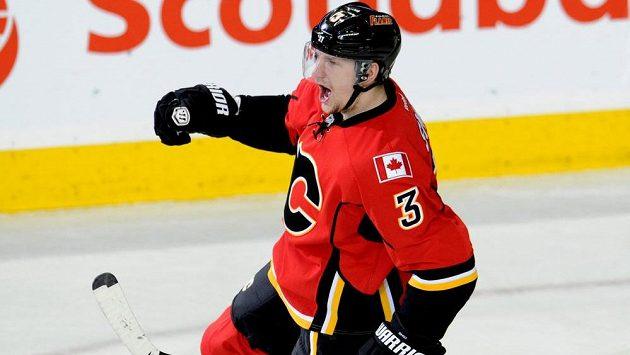 Obránce Calgary Flames Ladislav Šmíd se raduje z gólu proti Anaheimu.
